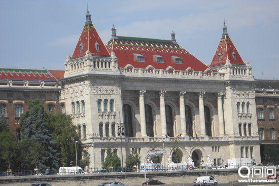 布达佩斯经济技术大学